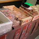 かき小屋本舗 - 新鮮な魚介もたくさんご用意しております。
