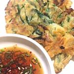 32886082 - ニラチヂミ☆外がカリッと中がフワッとのいくらでもイケそうな美味しさ!今まで食べたチヂミの中で一番美味しいと思いました。