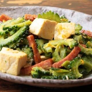 沖縄の雰囲気溢れる店内で絶品沖縄料理をご提供♪