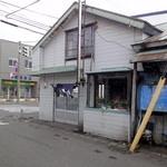 甘太郎食堂 - 国道5号線に抜ける側から店舗外観。こちらの道路は駐停車可能