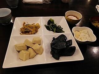 和味創采 とりで - 2014年11月25日のお惣菜。左上から白菜ピリ辛煮、菜っ葉の煮物、左下から高野豆腐、茄の煮物です。