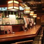 桃太郎 - 広いカウンター席とテーブル、お座敷があります。