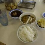 天ぷら えびす食堂 - 無料のキャベツを頂きながら待つ