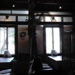 オリーブ - 窓際のテーブル席