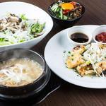 スンドゥブカフェダンロ - 魚介・肉・野菜の選べるスンドゥブランチディナーセット一例です。温かいおいしいスンドゥブとダンロのある店内でぽかぽかに☆