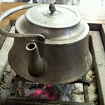 麺道楽のばら - 囲炉裏に鉄瓶