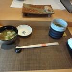はる鮨 - お茶と味噌汁