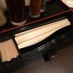 32911832 - 割り箸とプラスティックのお箸が用意されています。