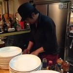 ヴィーノテリア - 料理中のシェフ