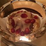 32930609 - デザート  イチゴにトリュフ、リコッタチーズソース、蜂蜜、ザクロかけ