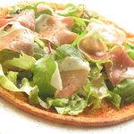 アルテーゴ ドゥショウズ - パルマ産生ハムのサラダ風ピザ