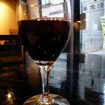 御影倉庫 - 生ビールの次はワインに変更です。今回は赤ワインにしました。ワインでおでん。これも中々イケますよ。