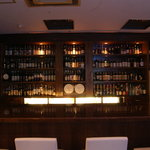 Bistro&ShotBar you you - ウイスキーを中心にリキュールやワインなどが並ぶバックバー