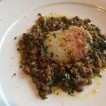 32941423 - 燻製にした温泉卵とレンズ豆と生ハム