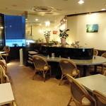 エリート - コーヒーをゆっくり楽しめる店内です。窓際の席からは枚方市駅前の風景が望めます。