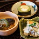 みのり - 上から右に、茶そば寿司(玉子と山芋入り)、黒ゴマ切りそばの白和え、揚げそばがきと野菜のオランダ煮