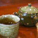 みのり - そば茶が出ます、急須も置いてくださいました