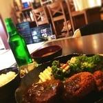 カフェ & バー 段 - 日替わり定食 ¥1080 ハンバーグ 唐揚げ コロッケ サラダ お惣菜 ご飯 お味噌汁
