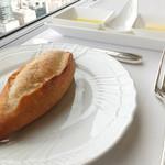 レストラン エメラルド - ライ麦パンとオリーブオイルと無塩バターと塩