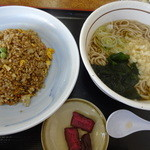 山田うどん - 料理写真:黒炒飯と温かい蕎麦のセット