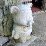 32967472 - 豚さんの像