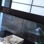 桜井寿司 - 窓際、内庭の灯篭が見えます