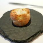 ピ・グレコ - <2014年11月>海老芋とベーコンがごろごろ入ったパン。惣菜パンみたい。お替わりしたかった。