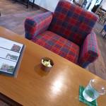 ナカオカフェ - 私は2人用のタータンチェックのソファ席に。。