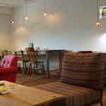 ナカオカフェ - いろいろなお席があって どこに座ろうか迷います。