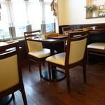 イルミオカンポ - 店内には2人用のテーブルが8つ