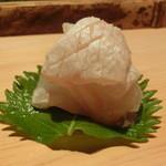 鮨 行天 - 玄海の鮃        羅臼昆布で軽く〆てあります。       繊細な鮃の香り味わいが口の中に広がります。