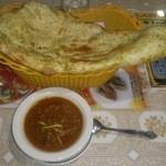 インド料理 ラサニ - 巨大ナン(全長40cm超)とマトンカレー