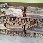 水戸ナポリ - 入り口ドア付近に 積まれた ピッツァ用の薪