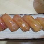 元祖大東ソバ - 大東寿司。                             漬けのにぎり鮨です。                             魚は、サワラ・マグロ・カジキなど大東諸島周辺産の魚を使うそうです。                             甘めのタレに漬け込み、                             シャリに酢を効かせることによって、日持ちがするという長所もあります。