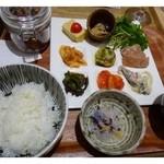 魚助食堂 - レディースプレート定食(1180円:外税) 一口サイズのお料理8種類とサラダのプレート・小鉢・ご飯・お吸い物のセットです。