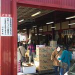 川端市場 - 外には箱物や、果物が多いよね