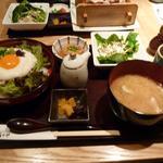 32993852 - 地鶏ユッケ丼ランチ 810円