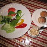 アンジェロ -  野菜のニンニクソ^ス添え ディナータイムリピーターの90%以上が注文する当店オリジナルの前菜