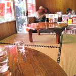 とまとはんてん - カウンター席もありますが、今回は小上がりのテーブル席を利用しました。