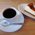 オーバル コーヒースタンド - ブレンドコーヒーとチーズケーキ