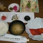 33002603 - 朝食の仕出し。茄子のお浸し、漬け物2種、刺身、たらこ、タコの酢の物、海苔の佃煮、ごはん、味噌汁、焼き魚