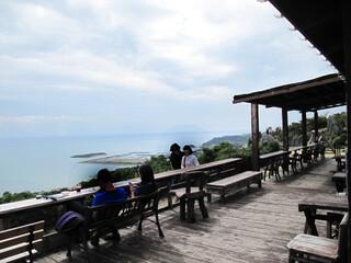 カフェくるくま - 青い空と青い海を望める素晴らしいところです。 人が少なければ、ロマンチックなひと時を過ごせることでしょう♪