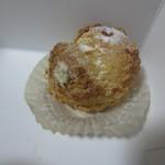 シュシュ - 料理写真:まるごと練乳いちごシュー¥150