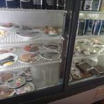 いろは食堂 - おつまみは冷蔵ケースに並んでます