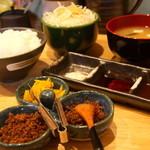 法善寺 - 定食のサラダ、味噌汁、漬物と鰹をごはんにふりかけてガンガンいける美味しさ♪