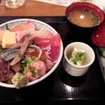 33017918 - 名物海鮮丼\950
