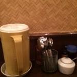 メーヤウ - 水やカトラリー、調味料、ティッシュがテーブルに