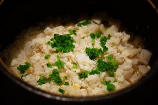 日本料理 晴山 - 土鍋に入った鯛と蓮根の炊き込みごはん