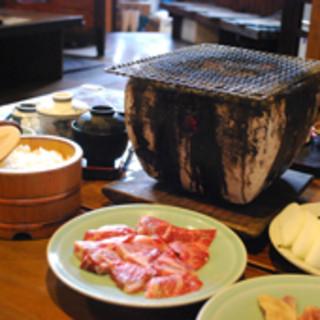 炭火焼は、その場で焼いて、美味しく頂けます。