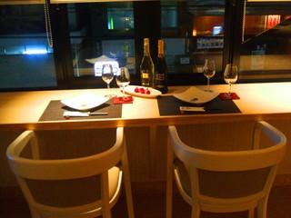 五感 - 窓際のカウンター。外の景色を見ながら食事ができるのでカップルに最適